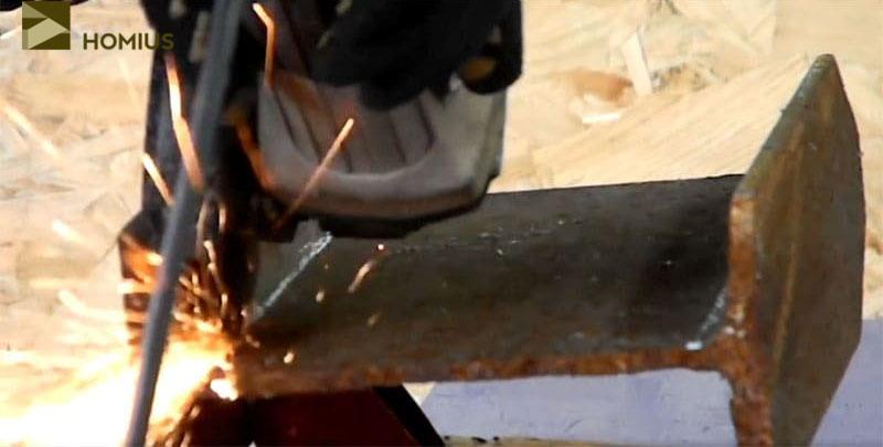 Зажав отрезок двутавровой балки в тиски, вырезаем его центральную часть