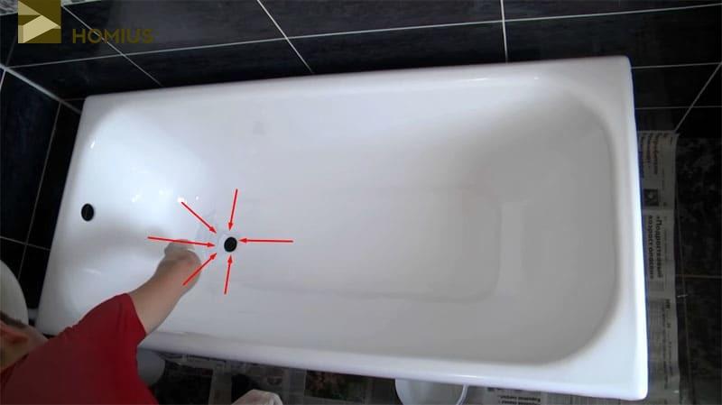 После того, как весь акрил был равномерно разогнан по поверхности ванны, его излишки аккуратно сгоняются к сливу, откуда и попадают в подставленную заранее ёмкость