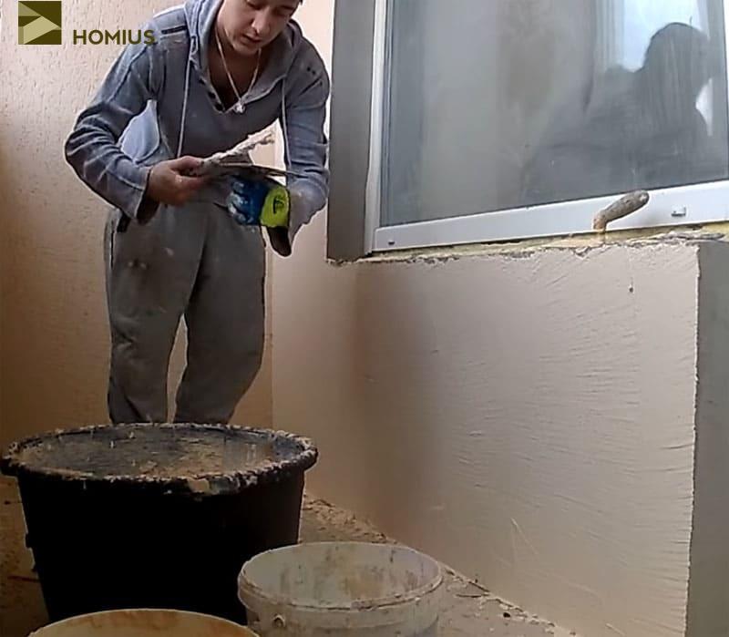 Оштукатуриваем определённый участок стены, после чего переходим к дальнейшей обработке поверхности