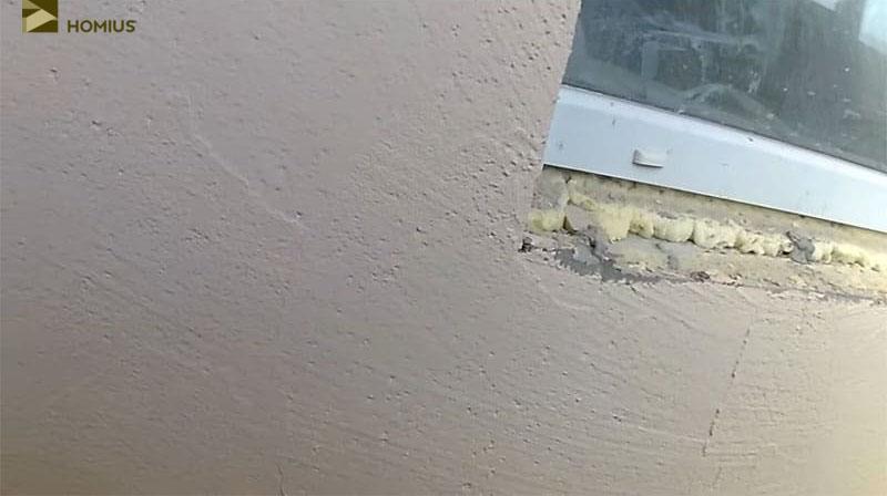 Вид оштукатуренной стены вблизи – выглядит не очень презентабельно