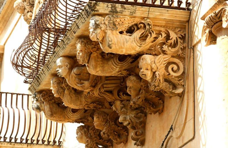 Его отличительной чертой явился обязательный балкон с лепными конструкциями основания и огромным количеством резьбы и кованых элементов – балясин