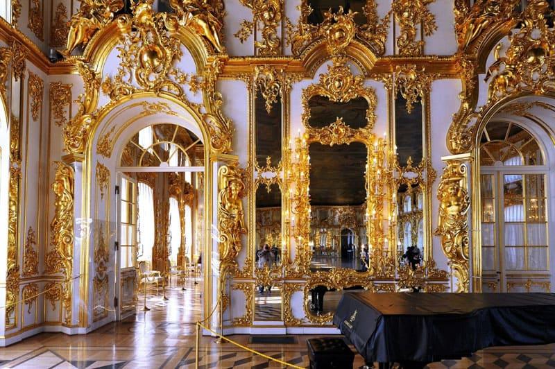 Внутренний интерьер дворцовых апартаментов представлял анфиладу залов, богато украшенных золоченой резьбой, лепниной, зеркалами и художественным паркетом