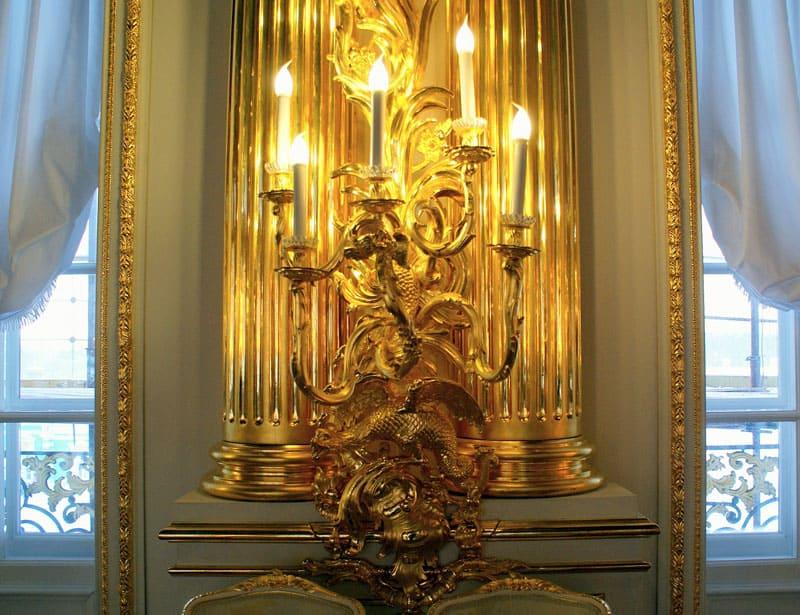 В дополнение, на стенах закрепляют светильники в виде канделябров и жирандолей со свечными лампочками