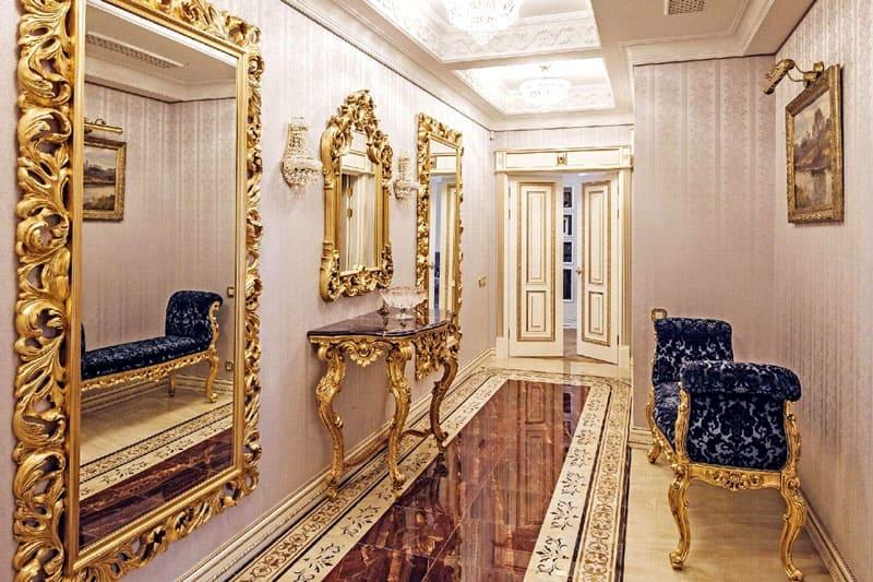 Интерьер украшают зеркальные вставки различных размеров с одним большим зеркалом в массивной раме