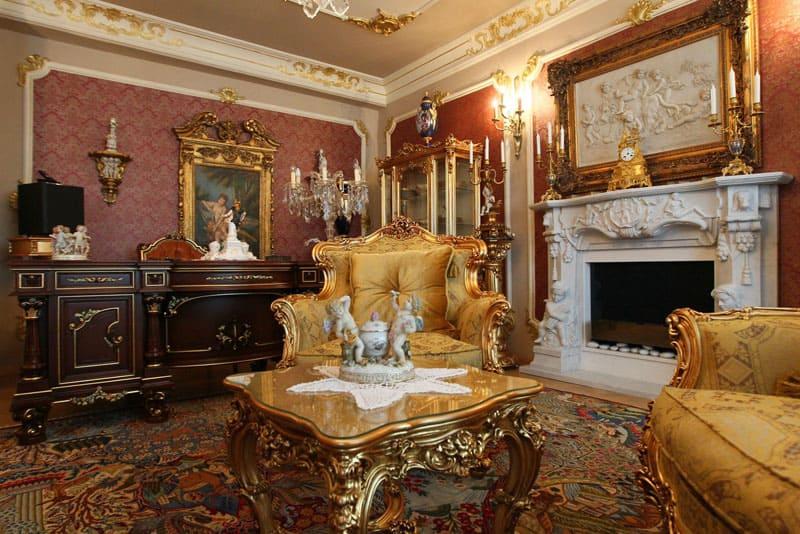 Достойным украшением гостиной будет камин с мраморной облицовкой, украшенный лепными элементами