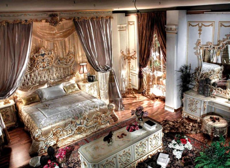 Центральным украшением спальной комнаты будет кровать с высоким резным изголовьем, гнутыми ножками и витиеватыми элементами сложной резьбы