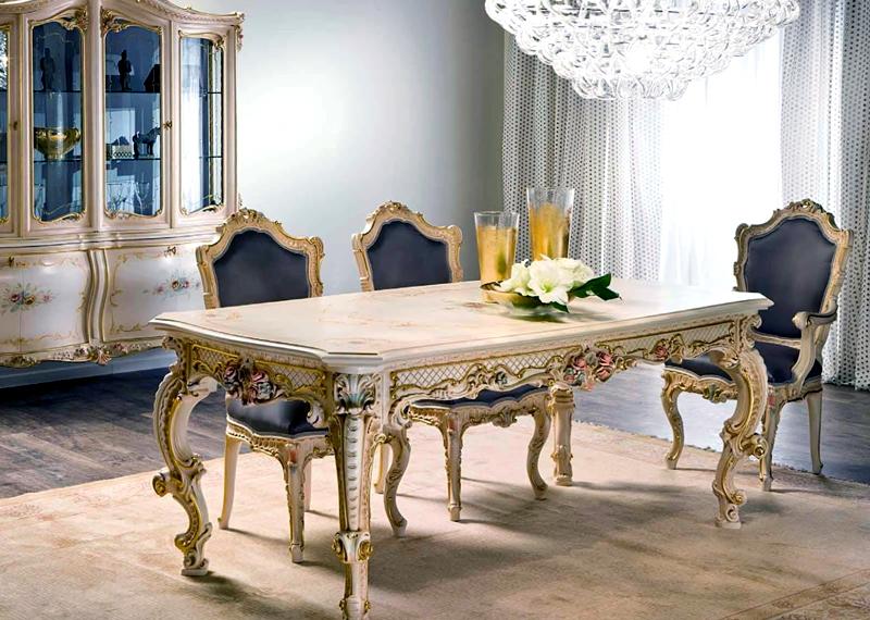 Основные предметы кухонного интерьера – большой обеденный стол и изысканные стулья с выгнутыми ножками