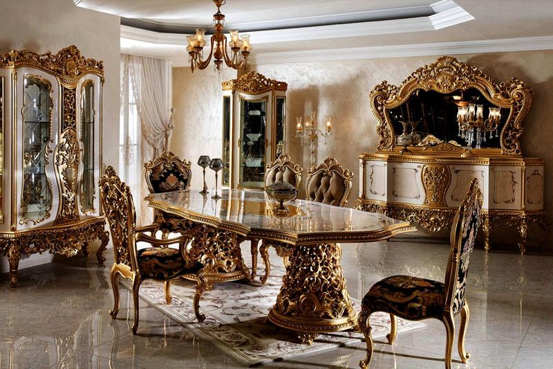 Предметы мебели с изогнутыми ножками, изукрашенные резьбой, имеют очень дорогую парчовую обивку