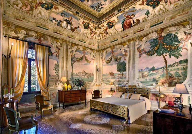 На поверхности потолка и стен обязательно присутствуют элементы художественной росписи и гобеленовые ковры