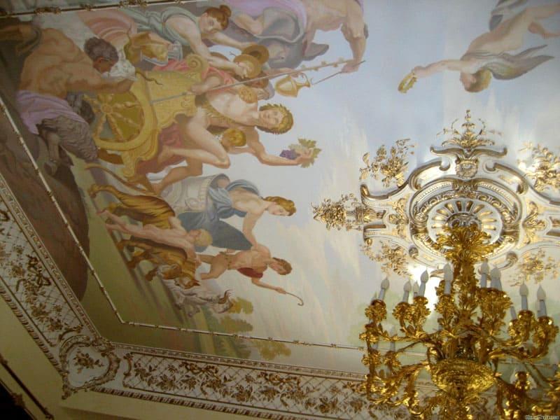 Потолочная живопись является самой характерной чертой роскошного стиля