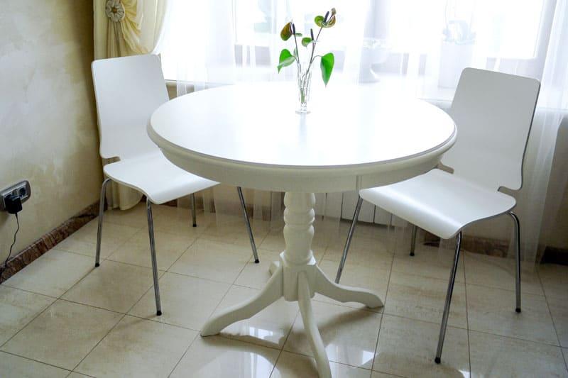 Столы с одной ножкой для маленькой кухни лучше, чем с тремя или четырьмя — они оставляют больше пространства для размещения