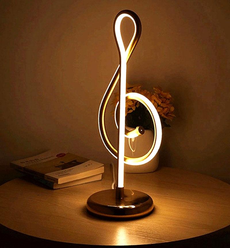 Такой осветительный прибор будет уместен в спальне меломана