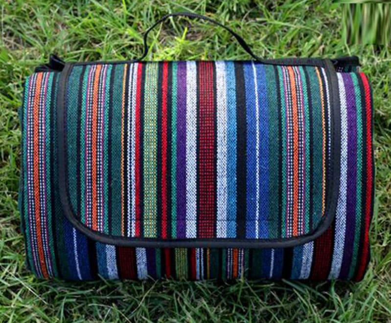 Этот большой (от 150×100 см до 200×150 см) коврик позволит удобно разместиться прямо на траве