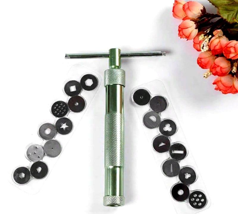 Экструдер для художественной лепки нужен при работе с пластилином, полимерной или обычной глиной