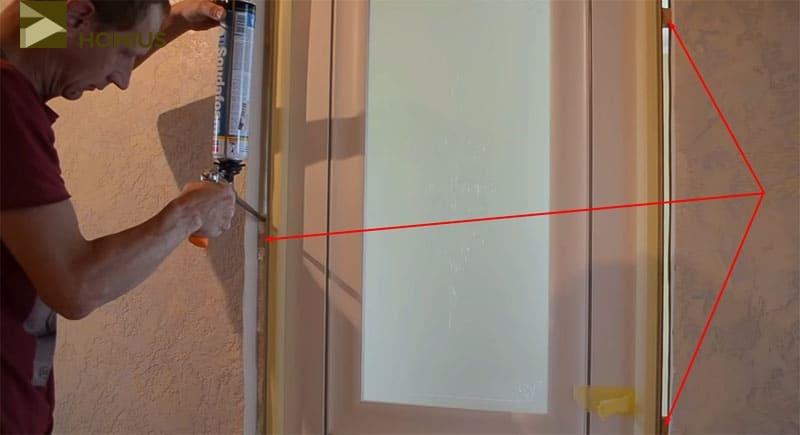 Дверь была зафиксирована, а пустоты между стеной и коробкой заполнены монтажной пеной