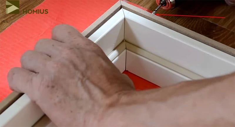 Скрепляем косяки коробки между собой при помощи шурупов