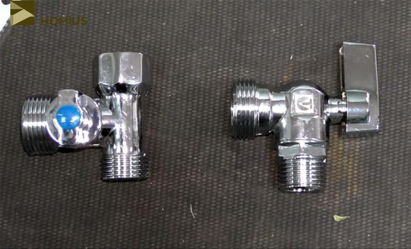 Трёхходовой (слева) и двухходовой (справа) краны, необходимые для подключения машинки