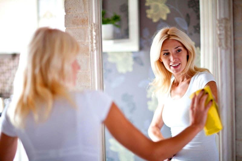 Для обработки зеркальных полотен используются специальные составы