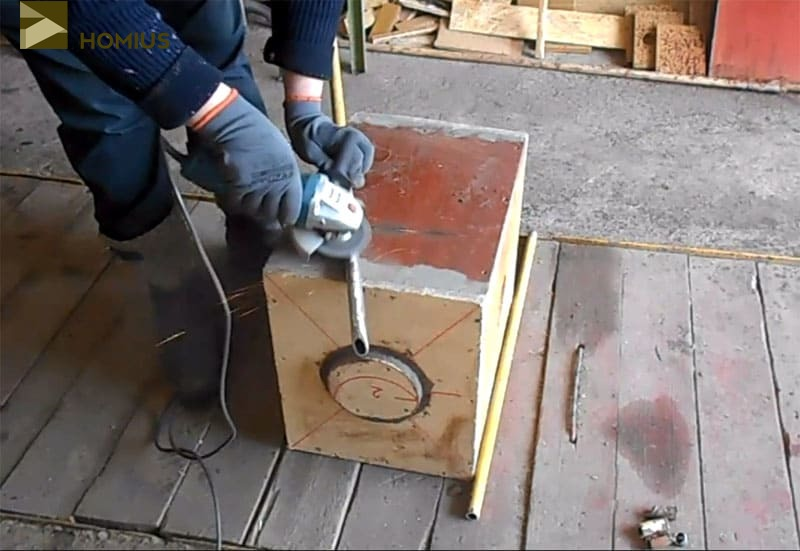 Очищаем часть поверхности трубы от краски и ржавчины