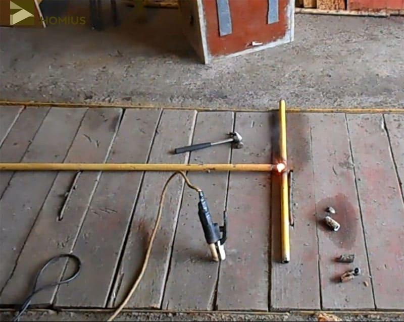 Укладываем трубы в форме буквы «Т» и провариваем соединение
