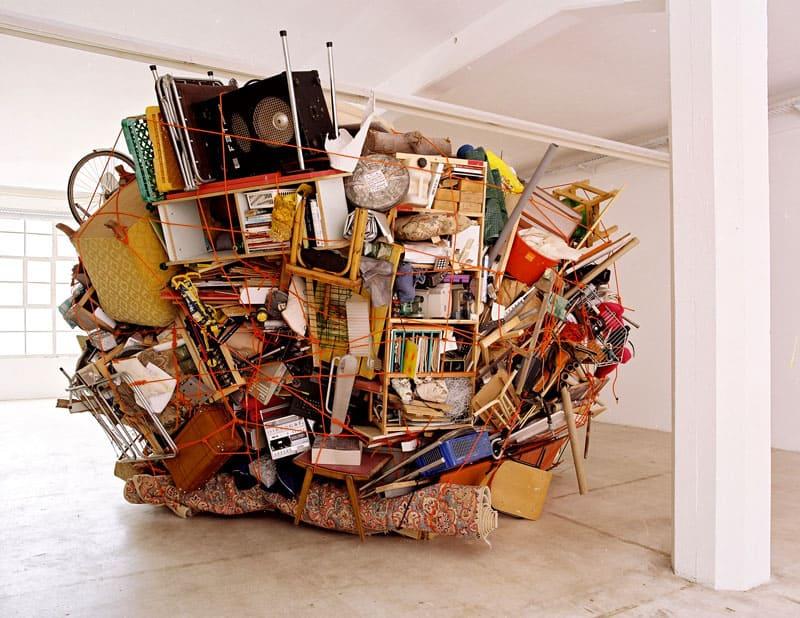 Смело выбрасывайте ненужные вещи, они загромождают не только пространство, но и мешают комфортной жизни