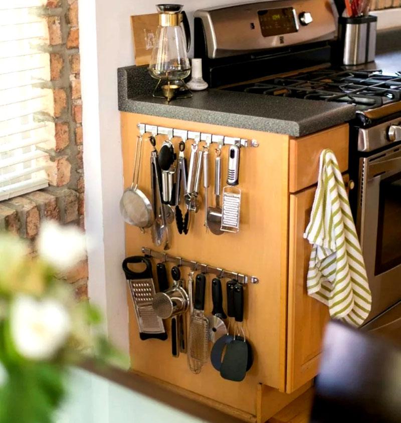 Даже на маленькой кухни всегда можно найти дополнительное место для полезных приборов и инструментов