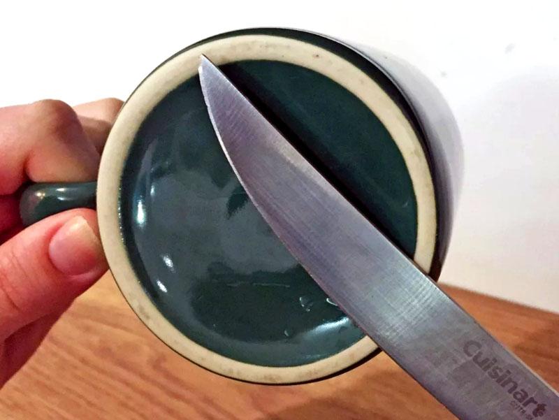 Дно чашки можно использовать как точилку для ножа