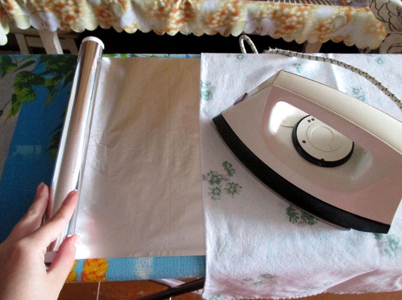 Чтобы прогладить ткань сразу с двух сторон, застелите под чехол доски обычную фольгу