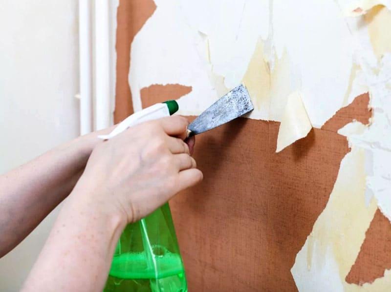 Важно использовать достаточно острый 10- сантиметровый шпатель, он обеспечит необходимый захват старого слоя