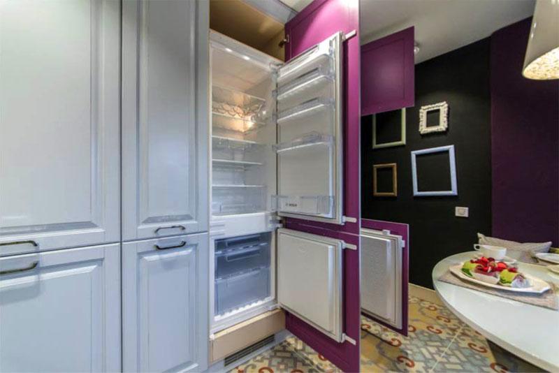 Если обычный холодильник не вписывается в дизайн-проект, придётся устанавливать встраиваемый
