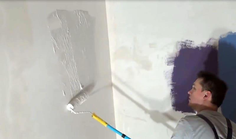 Валиком наносим нашу жидкую шпаклёвку, а потом, с помощью шпателя, выравниваем участки стены