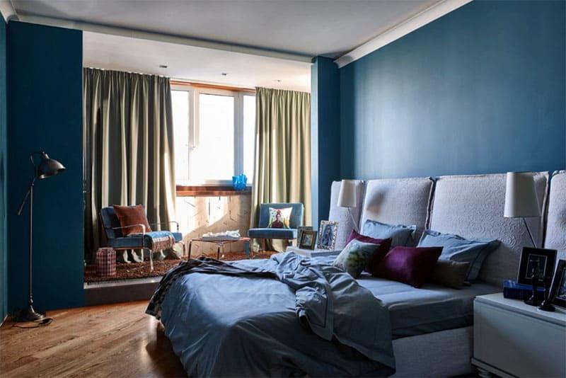 В спальне на пол уложен паркет песочного цвета в диагональной раскладке