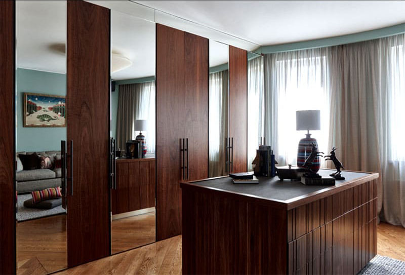 Высокие двери шкафа-купе с зеркальными вставками визуально увеличивают пространство