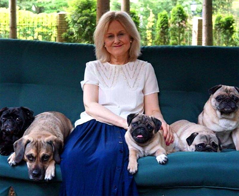 Дарья Донцова любит проводить время в уютном дворике со своими питомцами