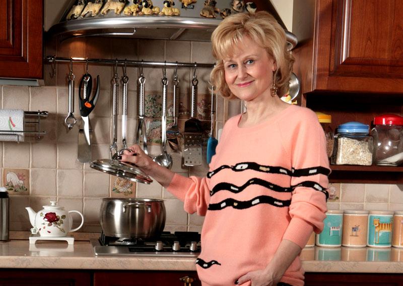 Дарья Донцова излучает особое тепло, от которого дома становится уютно и светло