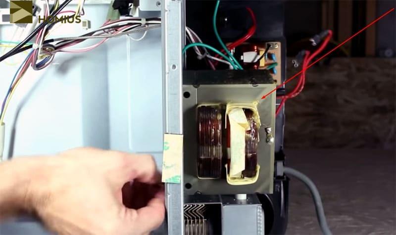 Демонтируем со старой микроволновой печи высоковольтный трансформатор