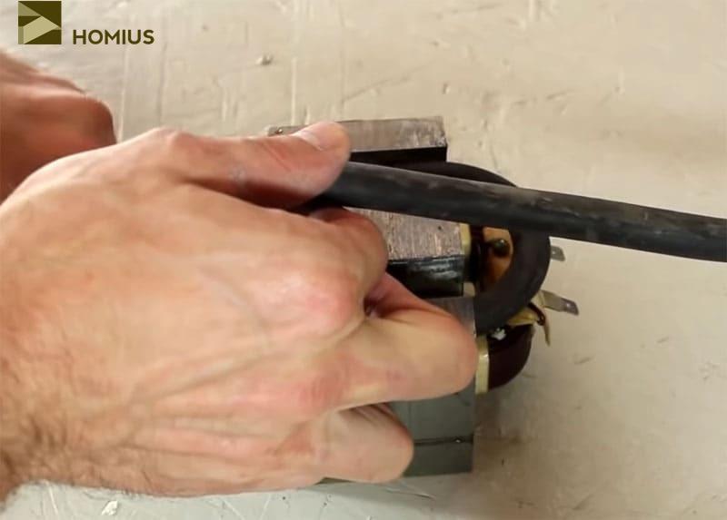Аккуратно укладываем два витка сварочного кабеля – это и будет вторичная обмотка