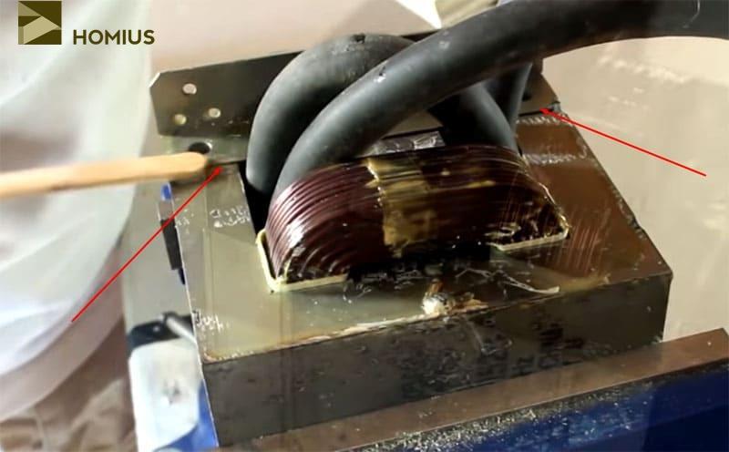 Сдавив платформу и сердечник в тисках, промазываем швы эпоксидным клеем