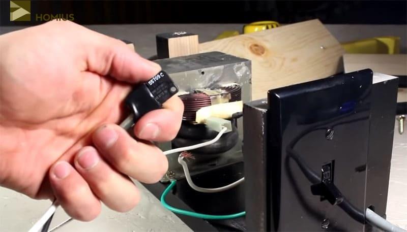 Подключаем концевой выключатель, который впоследствии будет закреплён на рукоятке клещей