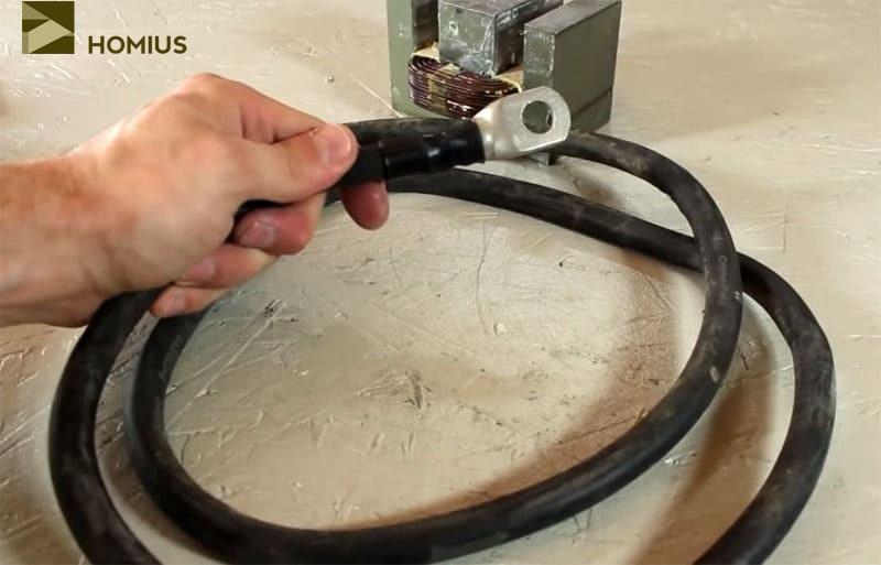 Это уже готовый отрезок сварочного кабеля, который я использовал при сборке