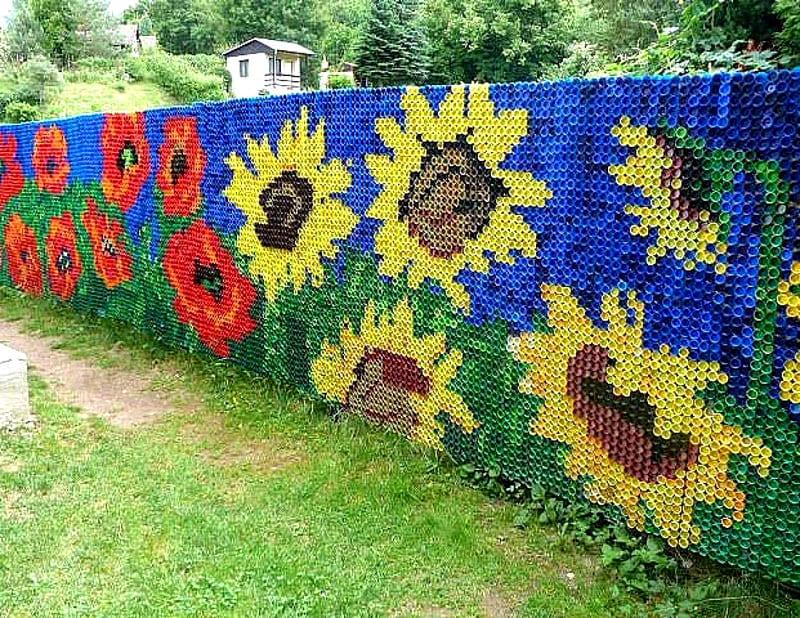 Декорируем забор из сетки рабицы