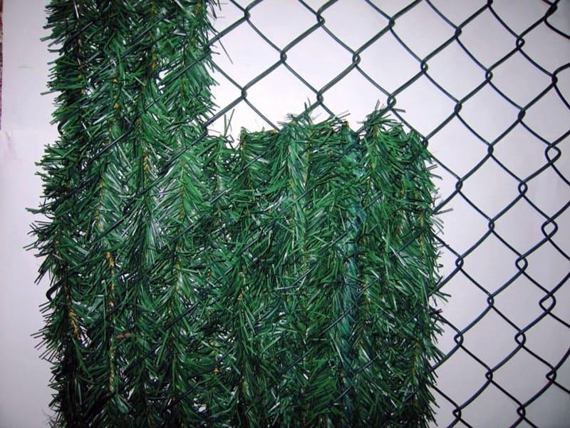 Вплетение искусственной хвои в сетку