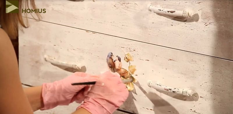 Иллюстрации сверху промазываем клеем ПВА. Прижимаем пальцами аккуратно (в перчатках) те элементы, которые отходят