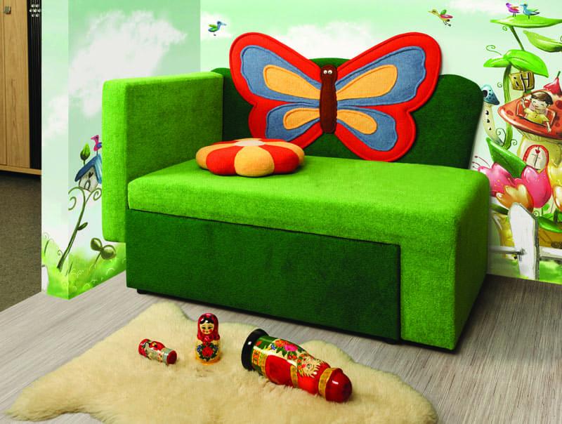 Оформление тахты может быть самым разным, главное, что ребёнок может сам принять участие в выборе своего первого диванчика