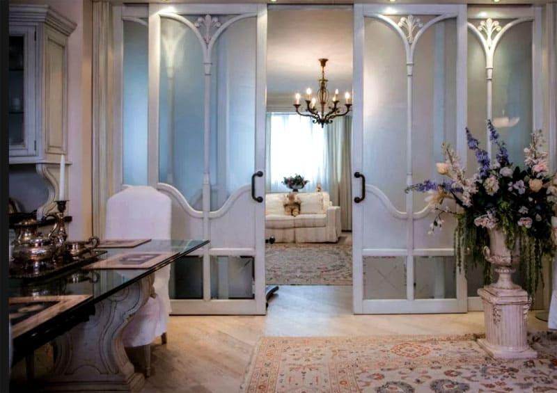 Межкомнатные раздвижные двери со вставками из матового стекла повторяют общий дворцовый стиль