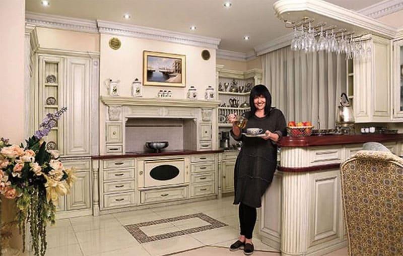 Кухня оснащена современным оборудованием, оформленным в ретростиле
