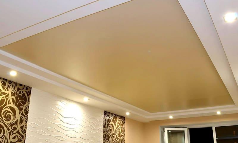 Сатиновые натяжные потолки хороши в сочетании с мощными люстрами, имеющими эффект дифракции и интерференции света