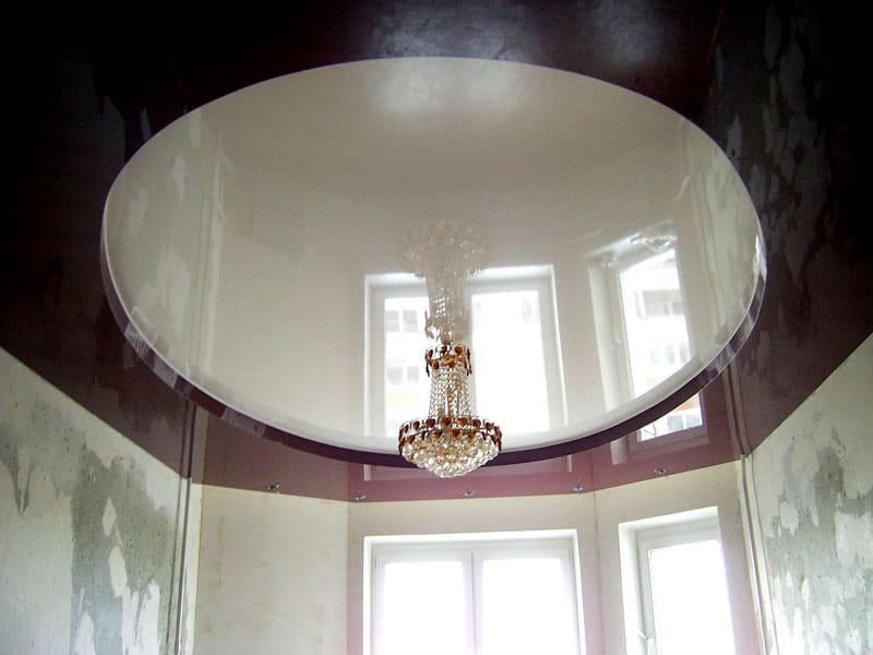 Традиционное размещение светильников в двухуровневой конструкции с натяжным потолком