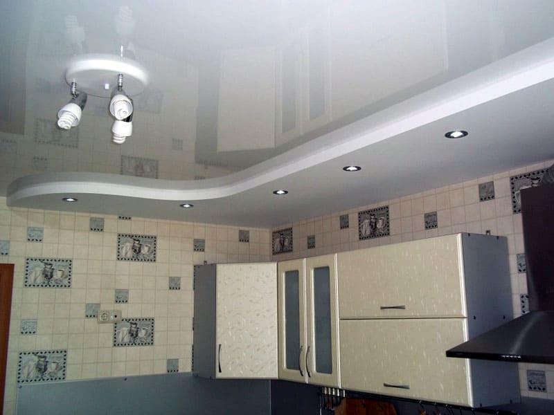 Второй уровень конструкции выводит освещение на рабочие поверхности