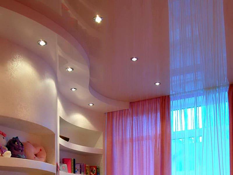 Гипсокартонные конструкции в сочетании с натяжным потолком дают эффект зонирования